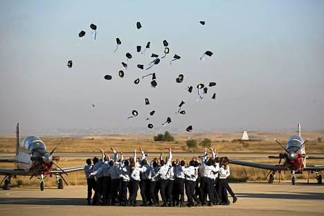 Israelin ilmavoimien kadetit heittivät perinteiden mukaisesti päähineensä ilmaan valmistumistilaisuudessa torstaina.
