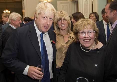 Boris Johnson yhdessä taiteilijaäitinsä Charlotte Johnson Wahlin kanssa. Välistä kurkistaa pikkusisko Rachel Johnson. Perhe kokoontui lokakuussa 2014 Boris Johnsonin kirjoittaman Winston Churchill -kirjan julkistamistilaisuuteen.