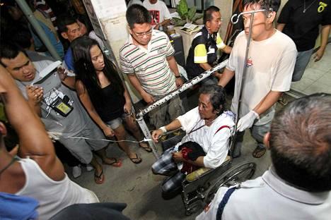 Eloonjääneitä tuodaan Cedun sairaalaan paikallisen lautan törmättyä rahtialukseen Filippiineillä perjantaina.