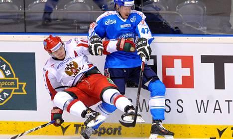 Ville Lajunen rynnisti eteenpäin Venäjän Mihail Varnakovin estelyistä huolimatta.