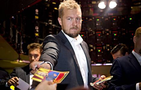 Niklas Hagman myi lippuja ja jakoi nimikirjoituksia.
