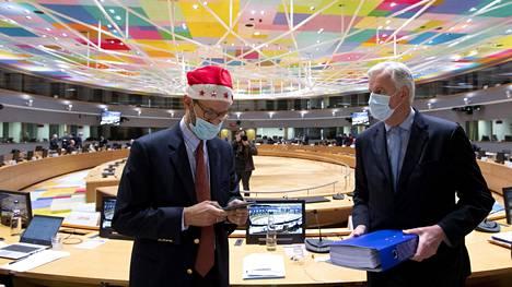 EU:n pääneuvottelija Michel Barnier (oik.) esitteli EU-lähettiläille Britannian kanssa neuvoteltua brexit-sopimusta Brysselissä joulupäivänä perjantaina. Sinisessä kansiossa hänellä oli brexit-sopimusasiakirjoja.