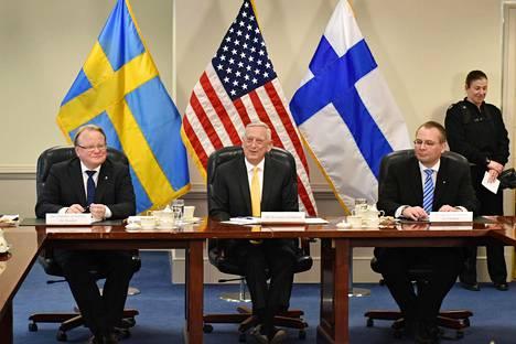 Puolustusministerit Peter Hultqvist, Jim Mattis ja Jussi Niinistö allekirjoittivat Ruotsin, Yhdysvaltain ja Suomen välisen julistuksen Pentagonissa Washingtonissa.