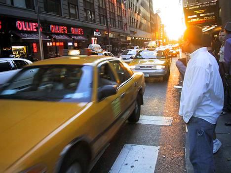 New Yorkissa taksit on perinteisesti pysäytetty lennosta, nyt yhä useampi kyyti tilataan kännykällä.