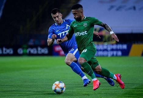 Levski Sofian Ivailo Najdenov ja Ludogoretsin Wanderson taistelivat pallosta 5. kesäkuuta pelatussa ottelussa. Molemmilla Bulgarian jalkapallon suurseuroilla on pelipaidossaan uhkapeliyhtiön mainos.
