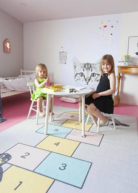 Sipe Santapukin sisustama lastenhuone on Aino (vas.) ja Aada Santalan mieleen. Heidän toiveensa oli saada huoneeseen kissan kuva.