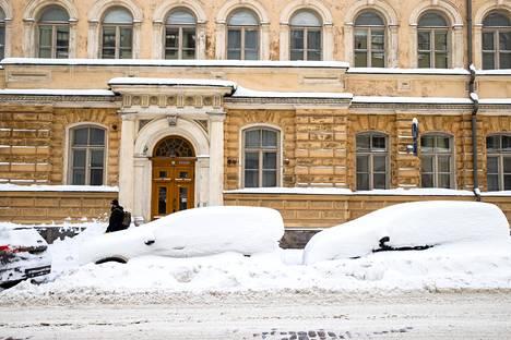 Autoja lumihangessa Kruununhaassa torstaina.