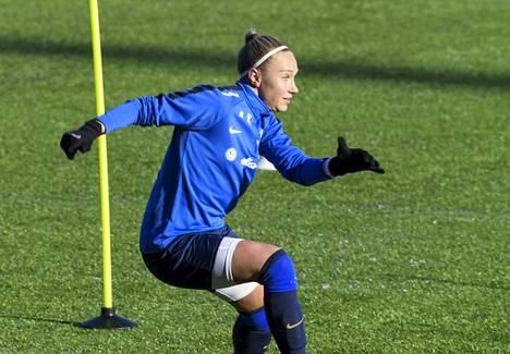 Helmareiden puolustaja Emma Koivistoa ei pakkanen haitannut harjoituksissa 17. helmikuuta.