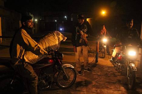 Poliisimies vartioi kuolemantuomiosta vapautetun Asia Bibin vankilan ulkopuolella Pakistanin Multanissa keskiviikkona.