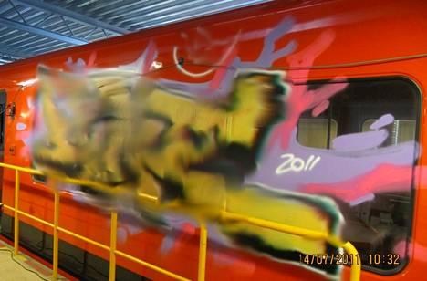 Poliisin ottamassa kuvassa näkyvät graffitijengin aiheuttamat jäljet metrovarikolla kesällä 2011. Poliisi on käsitellyt kuvaa, koska se ei halua antaa ilmaista mainosta töhrijöille.