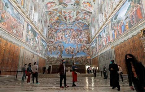 Yleisö pääsi toukokuun alussa Sikstuksen kappeliin Roomassa viikkojen sulun jälkeen.