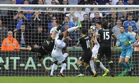 Diego Costa (numero 19 ylösalaisin) pelasti Chelsealle pisteen saksipotkullaan.