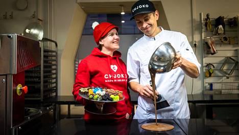 Laura ja Mika Gröndahl tekevät suklaata 15-vuotispäiväänsä vastikään viettäneessä Chjokossa Helsingin Kruunuhaassa.