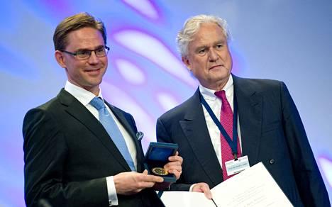Jyrki Katainen sai palkintonsa tiistaina CDU:n talousneuvoston johtajalta Kurt Laukilta.