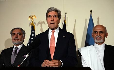 Yhdysvaltain ulkoministeri John Kerry (keskellä) ja presidenttiehdokkaat Abdullah Abdullah (vasemmalla) ja Ashraf Ghani pitivät lauantaina Kabulissa yhteisen lehdistötilaisuuden.