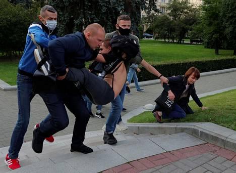 Siviiliasuiset poliisit ottivat mielenosoittajia kiinni Minskissä tiistai-iltana, kun ihmiset kerääntyivät kaduilla protestoimaan vaalilautakunnan päätöstä evätä suosituilta ehdokkailta luvan edetä presidentinvaaleihin.