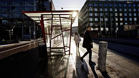 Stefan Lindforsin designpysäkit eivät palvele matkustajia enää ensi syksynä. Fredrikinkadun raitioyhteys poistuu käytöstä eivätkä bussit voi pysähtyä niiden luo korkean kadunreunan vuoksi.
