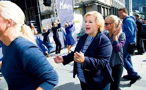 Konservatiivipuolue Høyren johtaja Erna Solberg (keskellä) sanoo, että Norjan vallanvaihdos ei vaikuttaisi ulkopoliittisiin linjauksiin, kuten EU-kantaan. Solberg kampanjoi viime lauantaina Bergenin keskustassa.