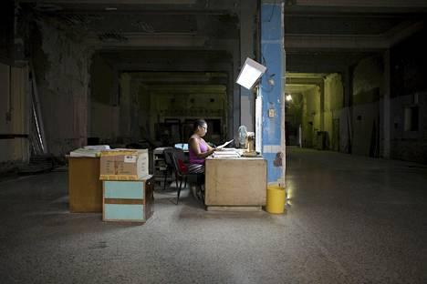 Kuubalainen insinööri Milagros Bruzain, 46, työskentelee improvisoiden rakennetussa toimistossa Havannan keskustassa.