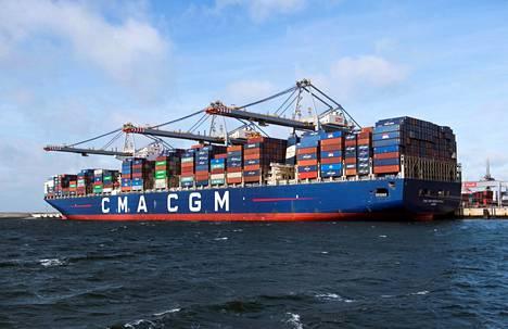Rahtilaivaa lastattiin Rotterdamin satamassa vuonna 2018.