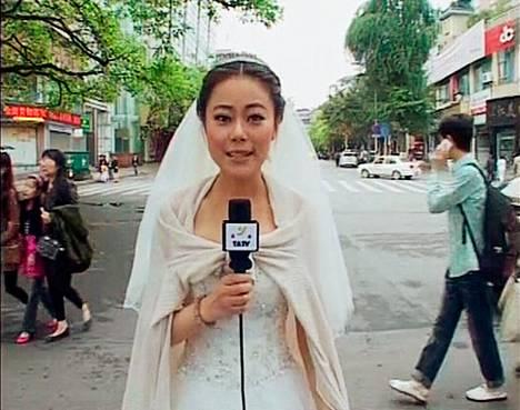 Toimittaja Chen Ying raportoi Kiinan Ya'anista hääpuvussaan maanjäristyksen iskettyä alueelle. Maa järisi kun Ying oli laittautumassa häihinsä. Nopean uutisraportin jälkeen hän palasi hääseremoniaan.