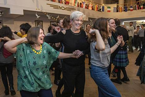 Brittieuroparlamentaarikot Ellie Chowns (vas.) ja Barbara Gibson tanssivat jäähyväisjuhlassa Brysselissä torstaina.