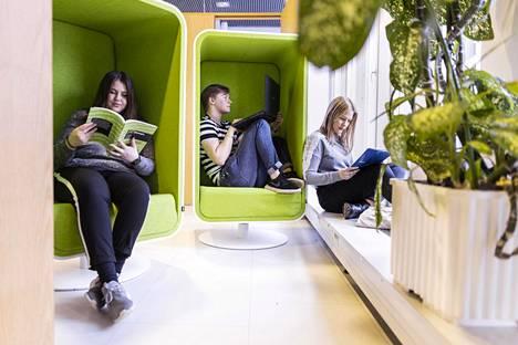 Jatkossa isoin osa opiskelijoista valitaan ylioppilastodistuksen perusteella. Abiturientit Ida Hirvonen (vas.), Kasper Lindberg ja Jenna Hoffren Kuopion pääkirjastolla.