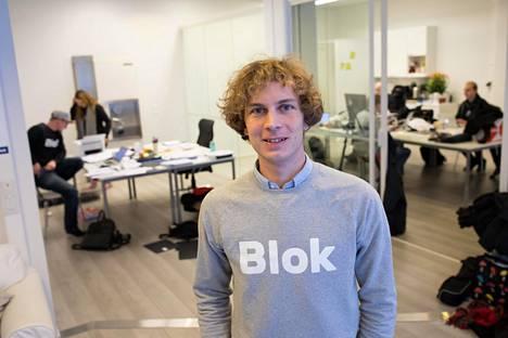 Kiinteistönvälitysliike Blok kannustaa ostamaan asunnon virtuaali esittelyn avulla. Kuvassa toimitusjohtaja Rudi Skogman.