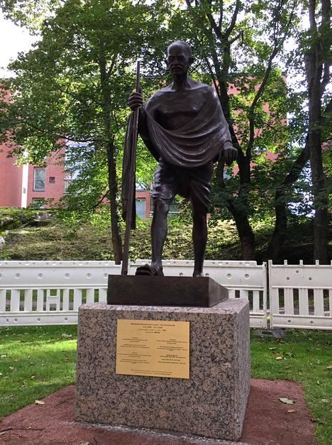 Gandhin patsas pystytettiin Helsinkiin.