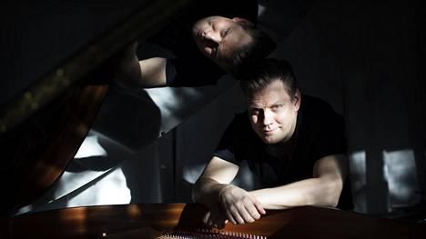 """Kalenterin mukaan pianisti ja säveltäjä Aki Rissasella on syntymäpäivä vain joka neljäs vuosi, sillä hän sattui syntymään karkauspäivänä, 29. helmikuuta. """"Olen selvinnyt tästä tähän saakka ilman suurempia traumoja"""", hän tunnustaa työhuoneessaan Pitäjänmäellä."""