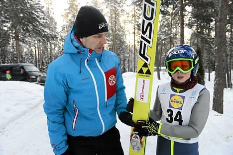Toista kertaa kisoihin palaava Janne Ahonen seurasi poikansa Micon kilpailua Kouvolassa lauantaina.