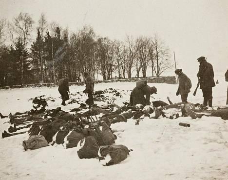 Kaatuneita valkokaartilaisia Messukylässä Tampereella pitkäperjantaina 29. maaliskuuta 1918.