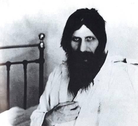 Grigori Rasputin sairaalassa toipumassa murhayrityksestä vuonna 1914. Kuva Edvard Radzinskin kirjasta Rasputin.
