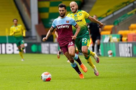 West Hamin Ryan Fredericks ja Norwichin Teemu Pukki taistelivat pallosta lauantaina. Norwich jäi ottelussa auttamatta toiseksi.