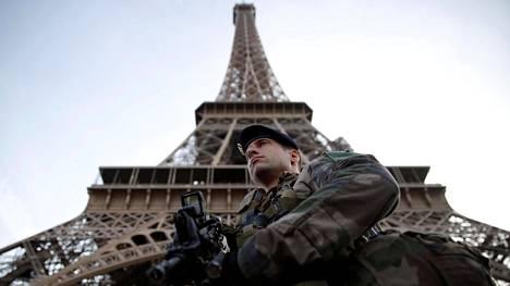Ranskalaissotilas vartioi Eiffel-tornia Pariisissa marraskuun alussa.