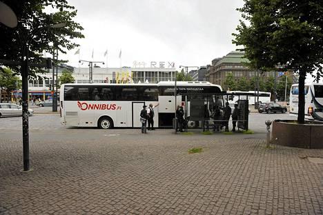 Halpabussiyhtiö Onnibusin linja-auto lähdössä Helsingistä Tampereelle 23. heinäkuuta.