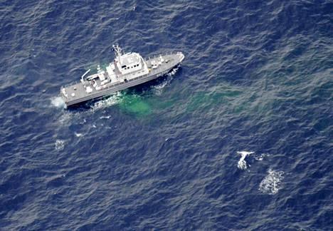 Japanin rannikkovartioston alus liikkui yhdysvaltalaiskoneiden onnettomuuspaikalla Japanin rannikolla 6. joulukuuta 2018.
