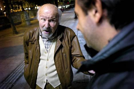 """Oppositiojohtajan """"pitäisi lakata käyttäytymästä kuin lapsi"""", kivahti entinen valtion virkamies Dennis Markopoulos iltakävelyllä Ateenan keskusaukiolla."""