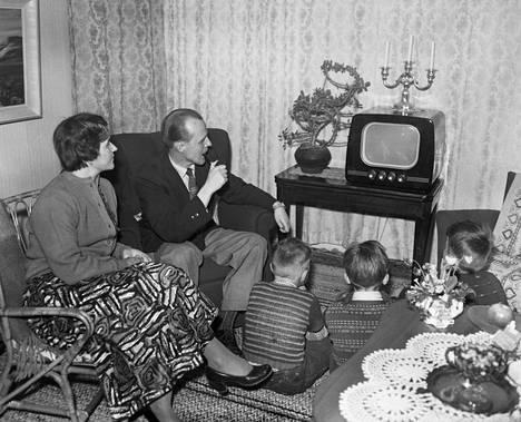 Diplomi-insinööri Torsti T. Paateron kotona seurattiin tarkasti televisiokerhon ensilähetystä keväällä 1955. Television tulo muutti radikaalista suomalaisia olohuoneita.