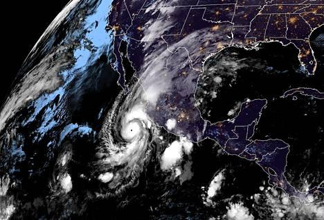Maanantaina otetussa satelliittikuvassa näkyy Meksikon Tyynenmeren-rannikkoa lähestyvä hurrikaani Willa.