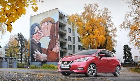 Nissan Micra on pikkuauto järeällä keulalla. Takaovien kahvat on piilotettu ovien yläreunaan.