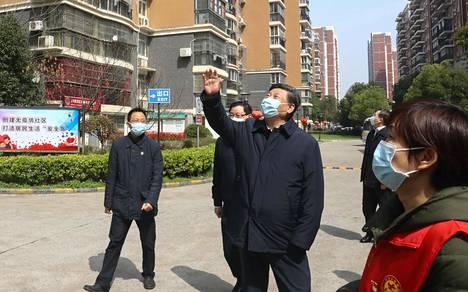 Presidentti Xi Jinping vieraili Wuhanissa 10. maaliskuuta ja heilutteli parvekkeilla oleville ihmisille.