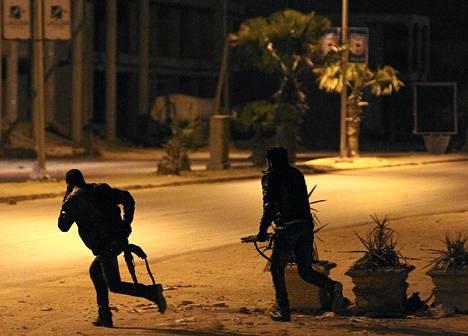 Libyan armeijan erikoisjoukot lähestyivät poliisin päämajaa Bengasissa varhain perjantaina.