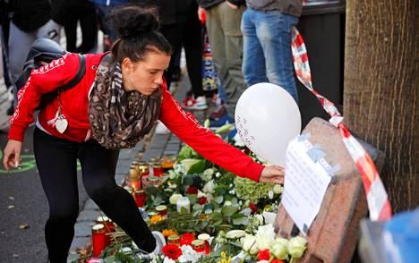 Synagogaiskussa kuolleiden muistoksi tuotiin kukkia torstaina Hallessa Saksassa.