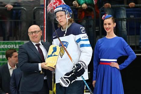 Patrik Laine sai jääkiekon MM-kisojen parhaan pelaajan palkinnon. Hävityn loppuottelun jälkeen tilanne ei Lainetta hymyilyttänyt.
