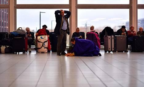 Matkustajat joutuivat odottamaan Gatwickin terminaalissa 21. joulukuuta, kun satoja lentoja jouduttiin perumaan kentän lähistöllä tehtyjen lennokkihavaintojen vuoksi.