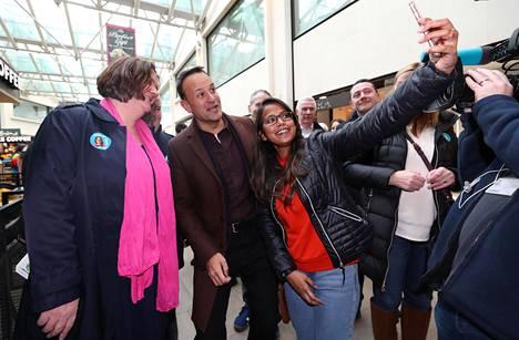Pääministeri Leo Varadkar ja puoluetoveri Gabrielle McFadden (vas.) kampanjoimassa ostoskeskuksessa Athlonessa Keski-Irlannissa.