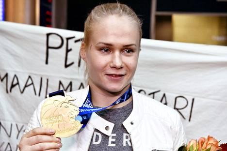 Petra Olli esitteli kultamitaliaan Helsinki–Vantaan-lentokentällä.