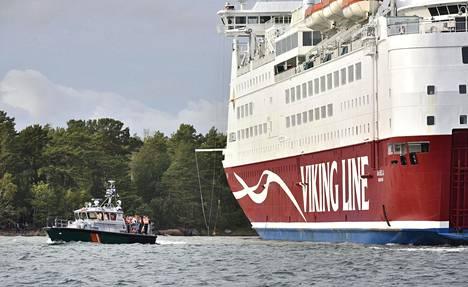 Merivartiosto evakuoi Amorellan matkustajia Ahvenanmaalla lähellä Långnäsiä sunnuntai-iltapäivällä. Amorella ajoi karille Ahvenanmaan saaristossa Långnäsin eteläpuolella Hjulgrundilla. Alus ohjattiin Järsö-saaren rantaan.