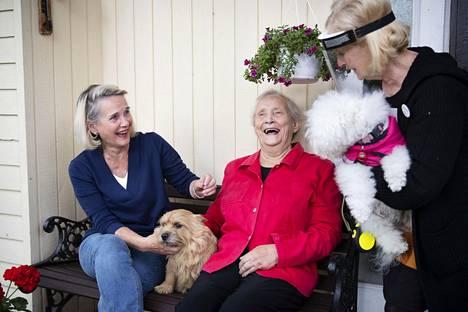 Annikki Kortesojan (keskellä), 84, koronavirukseen liittyvät pelot helpottivat kevään ja kesän edetessä. Vierellä tytär Arja Forstén (vas.) ja kotipalveluyrittäjä Satu Uutaniemi.
